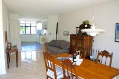 ...Eßbereich mit Blick auf die Couch vor dem Ofen und Küche...