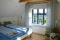 ... Schlafzimmer mit Blick in den Garten...